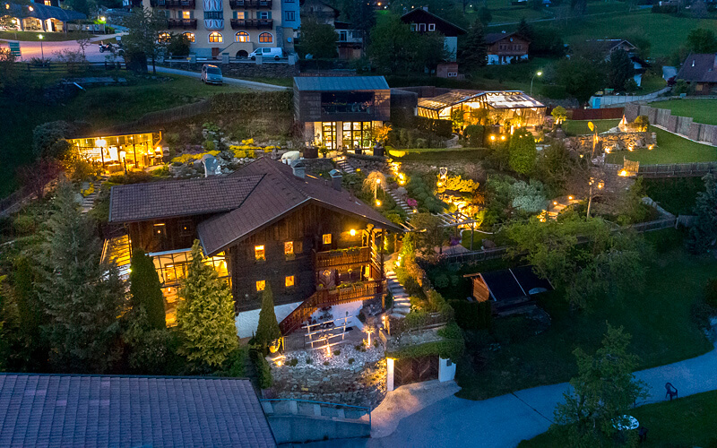 Anwesen Österreich Iselsberg: Gesamtansicht am Abend, beleuchtet. Fotograf: Martin Lugger (remax)