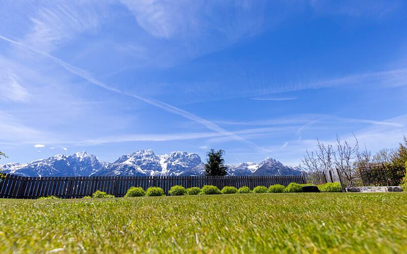 Anwesen Österreich Iselsberg: Garten / Rasenfläche mit Aussicht auf Berge. Fotograf: Martin Lugger (remax)