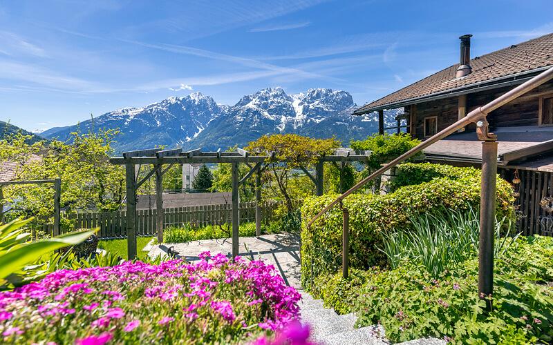Anwesen Österreich Iselsberg: Terrassengarten mit Blick auf die Berge. Fotograf: Martin Lugger (remax)