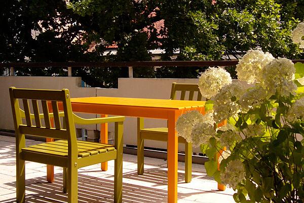 Referenzen: Großzügiger Balkon mit Gartenmöbeln im Grünen