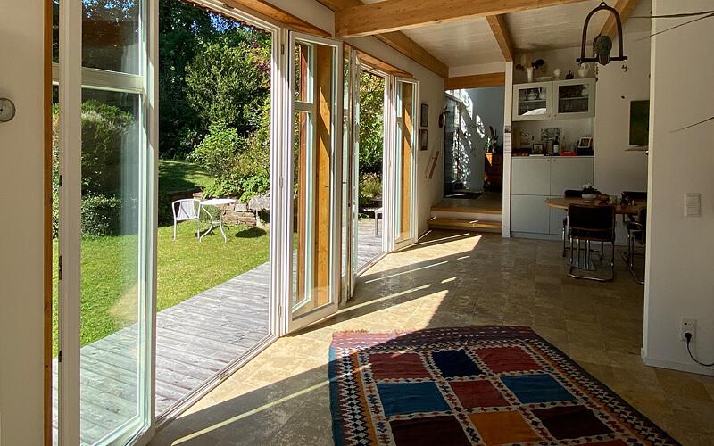 Feldafing: Verkauf Holzhaus. Wohnen mit Blick auf die Terrasse. ©Quartiere Ulrike Küpper