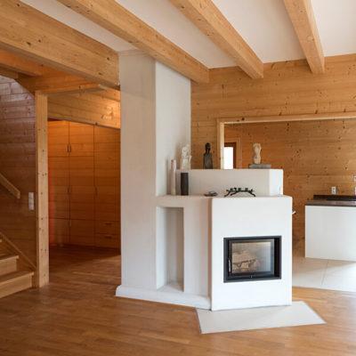 Referenz: Immobilie Berganger - Offenes Wohnzimmer mit Kamin