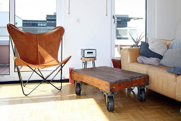 Immobiliengeschichten: Wohnung mit Möbeln im Vintage-Stil und Aussicht über den Balkon